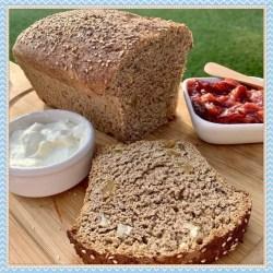 Pan integral con pasas y nueces.