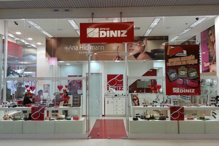 A rede Óticas Diniz comercializa óculos de grau e óculos escuros de marcas  como Vogue, Tommy Hilfiger, Carrera e Polaroid. São diversas opções de  produtos ... 717da4056d
