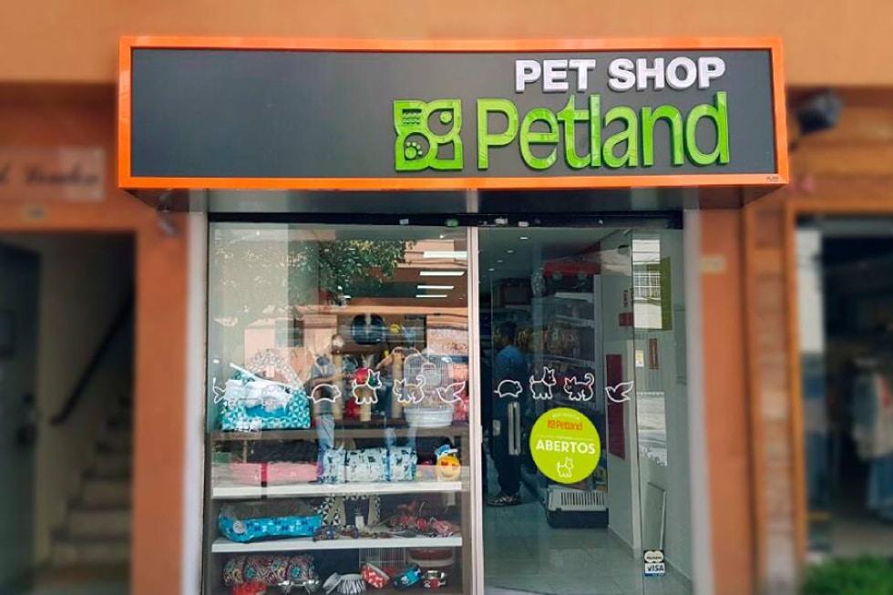 d95e47f79aab8 A Petland é uma rede de franquias de pet shop inaugurada nos Estados  Unidos. A expansão começou em 1970 e atualmente a rede conta com unidades  em operação ...