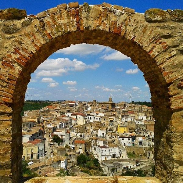 airbnb busca 4 personas para vivir en un pueblo de italia y cobrando en euros.