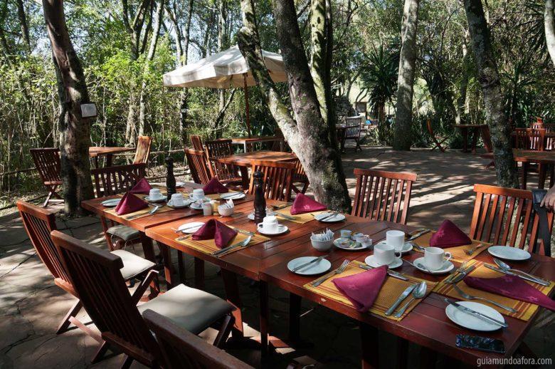 Café da manhã em hotel de tenda luxuosa na savana