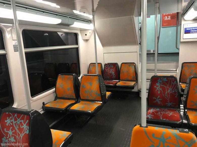 Interior do RER em Paris