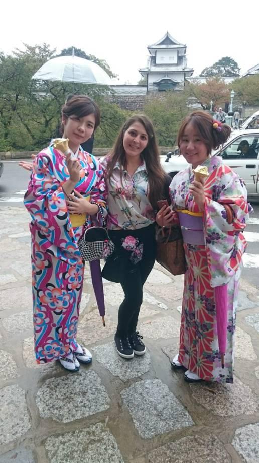 Una de las diversiones mas populares de las chicas jóvenes de Kanazawa, disfrazarse de Geisha durante los días festivos.
