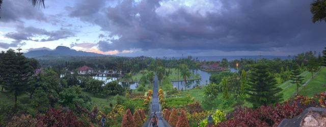 En cuestión de minutos el cielo puede cambiar y comenzar a diluviar. (lugar Taman Tirtagangga)