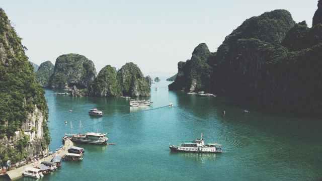 CRUCERO POR LA BAHÍA DE HALONG. El mayor tesoro de Vietnam.