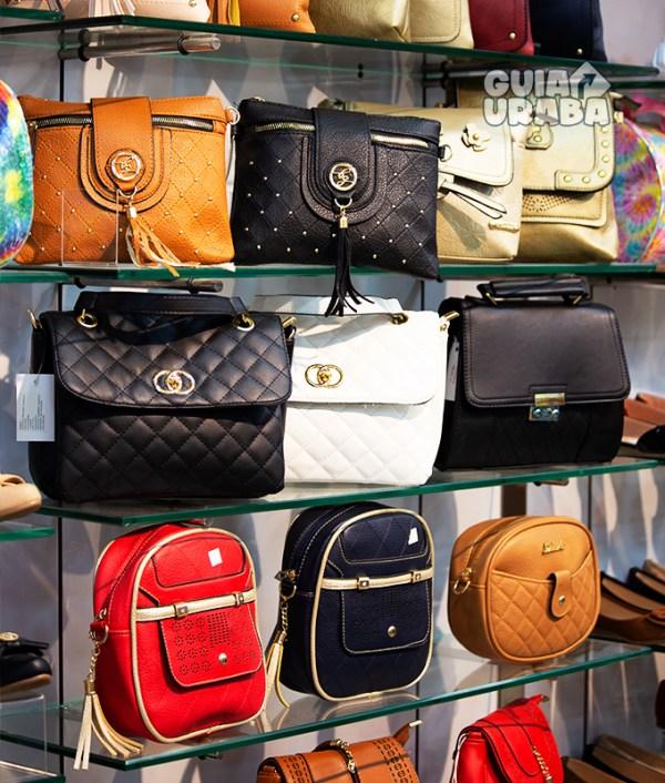 Bolsos en la tienda de calzado en Turbo Calzado Colombia