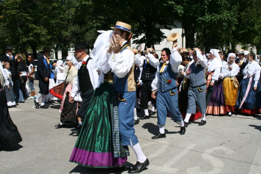 ballo in piazza in costumi tipici nozze carsiche