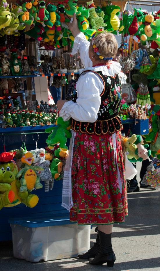 Cracovia offer una varietà di souvenir spesso dai venditori vestiti in modo tradizionale.
