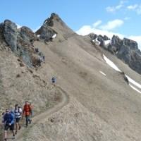 Un accompagnateur en montagne guide sur le Sancy