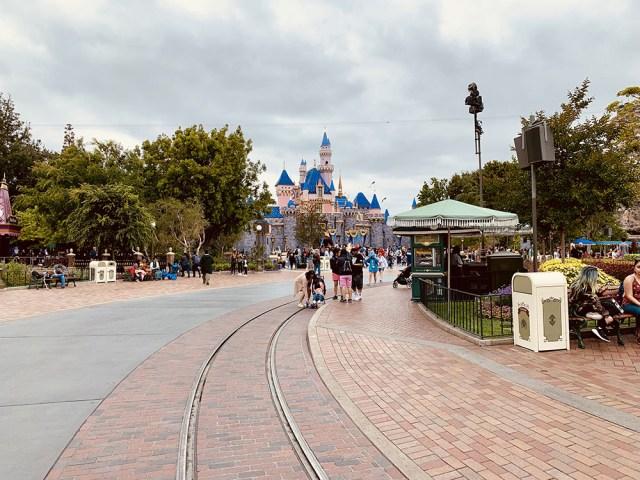 Disneyland Castle - Star Wars Galaxys Edge- Disneyland - Guide2WDW