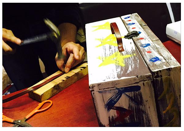 宝の木箱に紐の取り付け作業
