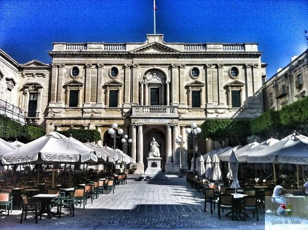 Vue depuis le Café Cordina, la Bibliothèque nationale de La Valette.