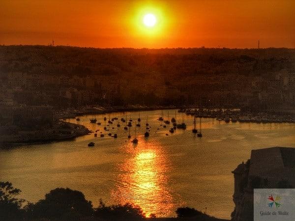 Vue depuis Hastings Gardens au soleil couchant