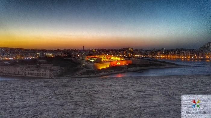 Vue sur le Fort Manoel depuis La Valette de nuit.