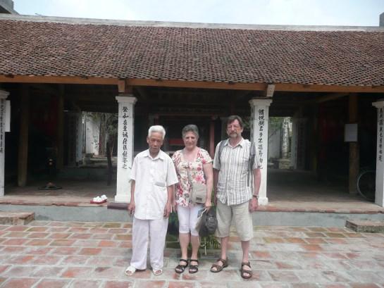 Devant la chapelle de la famille de Giang Van Minh
