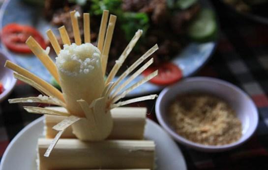 Le riz sorti est pleinement cuit, collant et moelleux, d'où un subtile parfum du riz légèrement âcre de bambou.