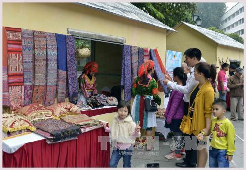 Les produits de brocatelle fabriqués par les populations de Mong attirent particulièrement les Hanoïens