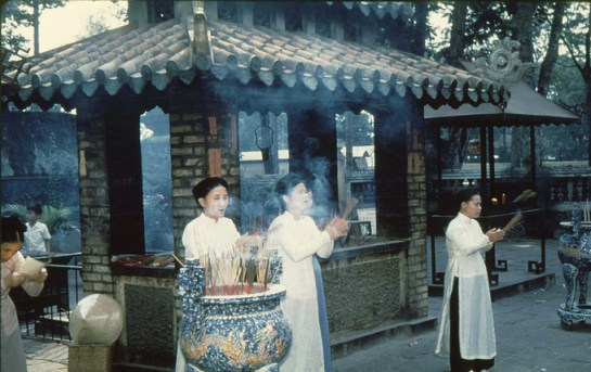 habit traditionnel femme saigon vietnam.jpg