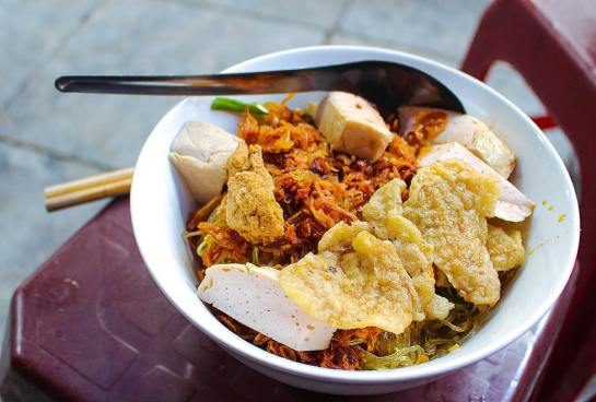cuisine de rue de hanoi salade de pates de riz.jpg