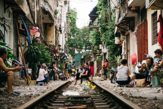 rue du train hanoi vietnam.jpg