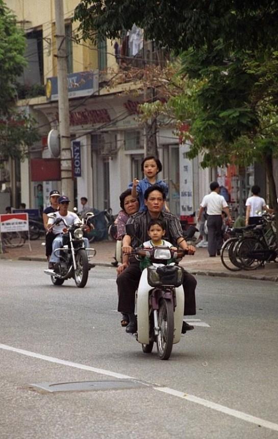 ville de hanoi une famille en moto.jpg