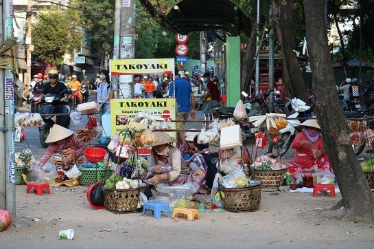 palanche et femmes vietnamiennes rues.jpg