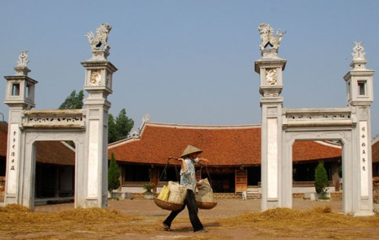 palanche et femmes vietnamiennes village duong lam.JPG