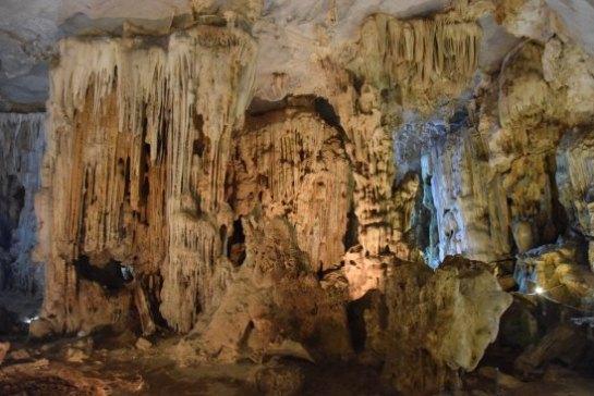 grotte dans la baie d'halong 1