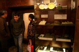Touristes visitent des objets