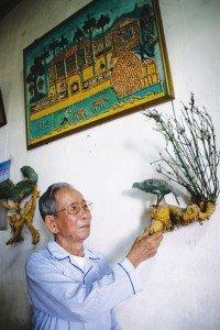 M. Hoa présente l'une de ses créations
