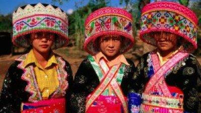 Les jeunes femmes Laos Theung portées des vêtements traditionels