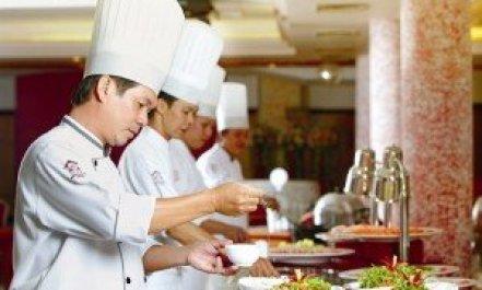 Les chefs et commis s'affairent en cuisine