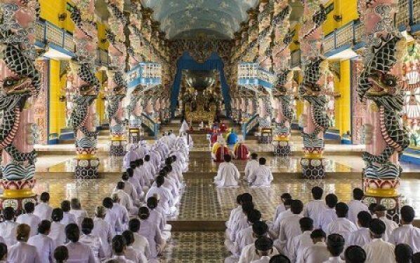 À l'intérieur du temple Cao Dai