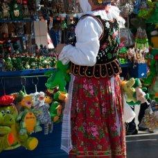 W Krakowie można znaleźć wiele pamiątek, często od sprzedawców w tradycyjnych strojach ludowych.
