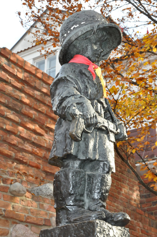 Podczas Powstania Warszawskiego dzieci i młodzież dzielnie walczyły przeciwko okupantowi.