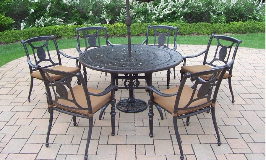How to Clean Wrought Iron Patio Furniture   Overstock com How to Clean Wrought Iron Patio Furniture