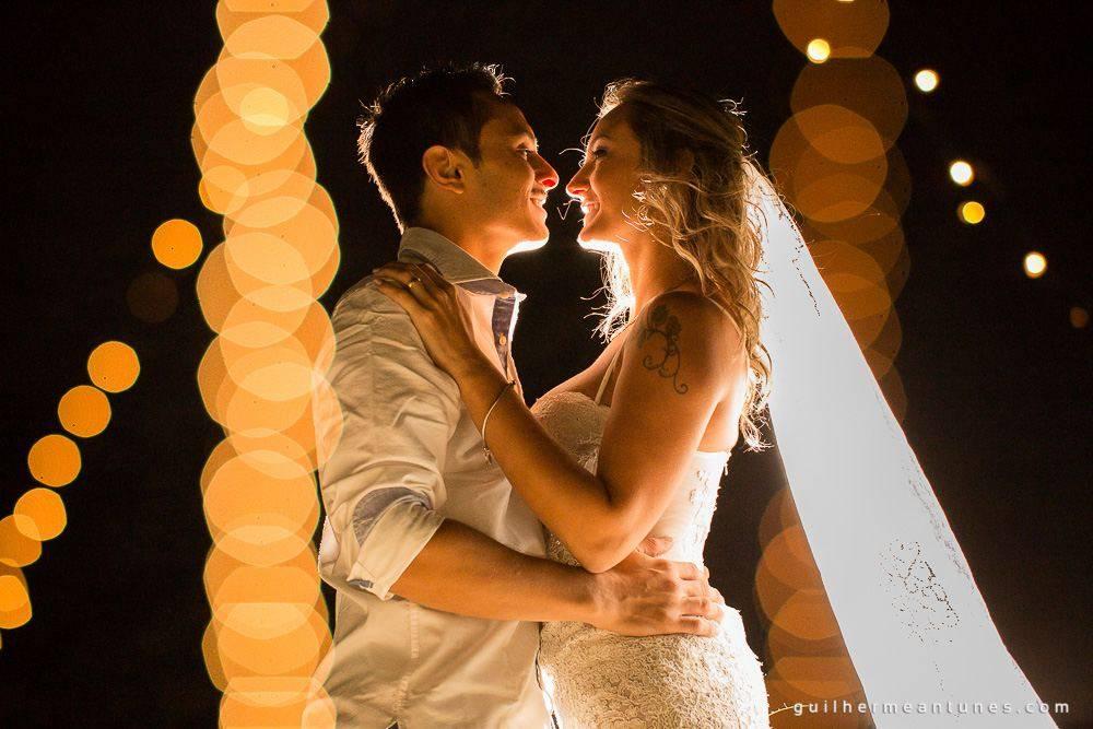 Foto de Casamento na praia de Larissa e Ronaldo abraço e troca de olhares apaixonados