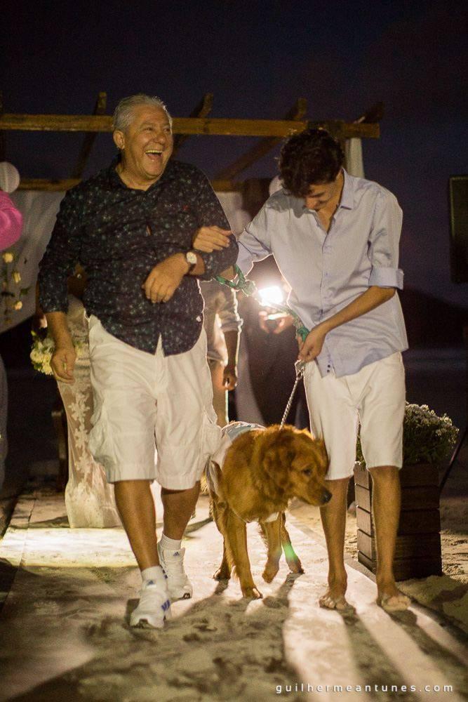 Foto de Casamento na praia de Larissa e Ronaldo pai da noiva faz surpresa com cachorro