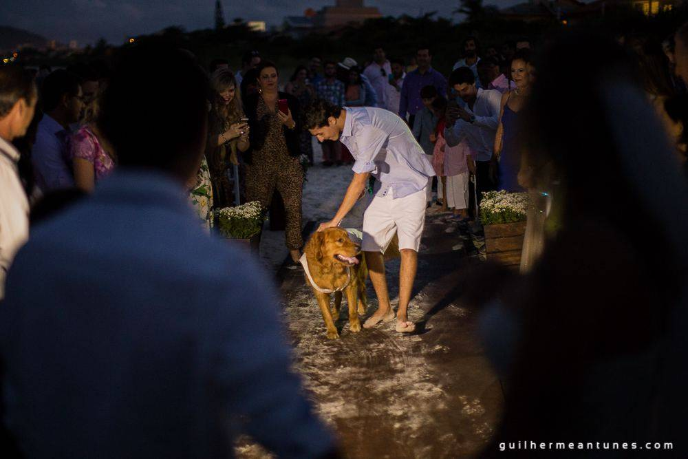 Foto de Casamento na praia de Larissa e Ronaldo cachorro na festa de casamento