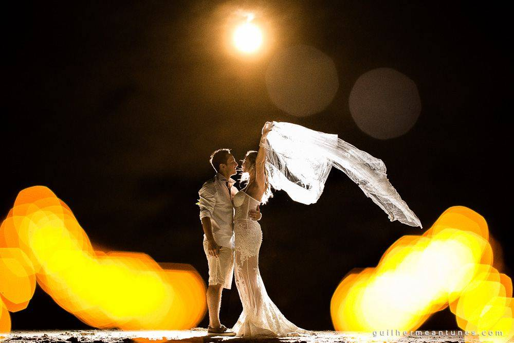 Foto de Casamento na praia de Larissa e Ronaldo fotografia de casamento linda dos noivos e o véu