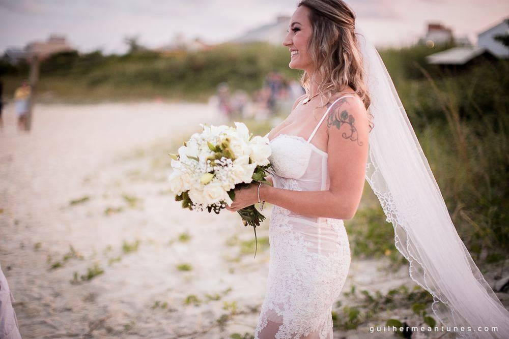Foto de Casamento na praia de Larissa e Ronaldo noiva com buquê na praia