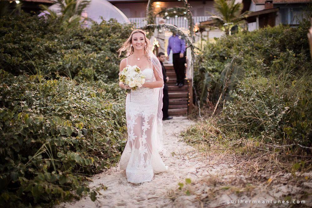 Foto de Casamento na praia de Larissa e Ronaldo noiva na entrada