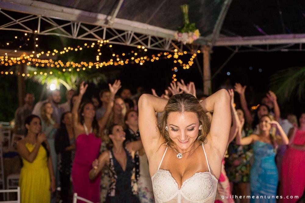 Foto de Casamento na praia de Larissa e Ronaldo noiva joga o buquê