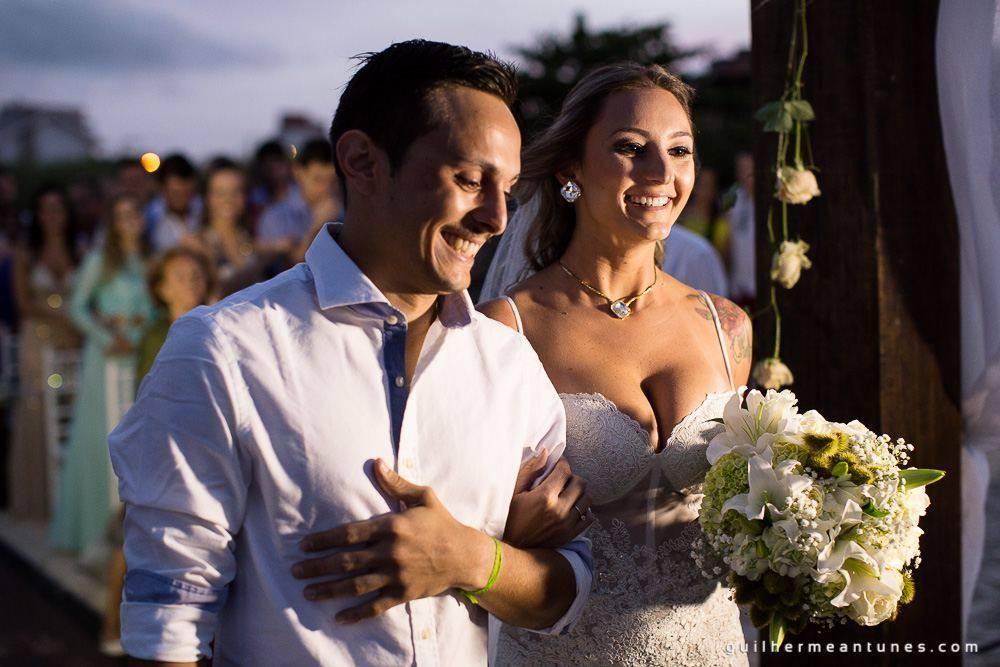 Foto de Casamento na praia de Larissa e Ronaldo noivos felizes no altar