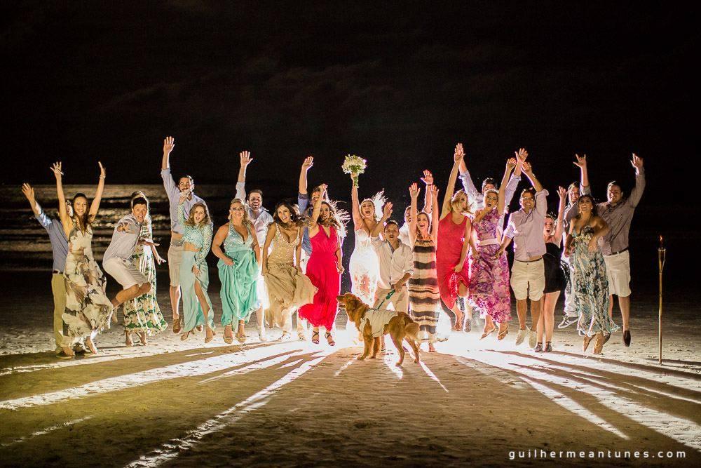 Foto de Casamento na praia de Larissa e Ronaldo noivos, madrinhas, padrinhos e cachorro