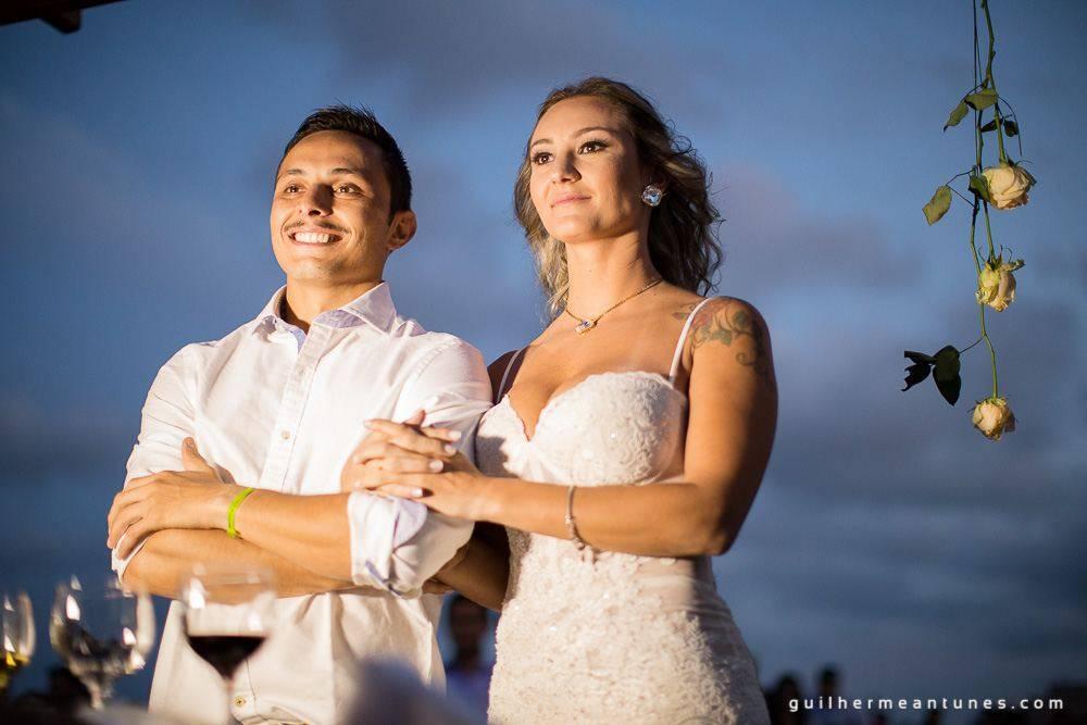 Foto de Casamento na praia de Larissa e Ronaldo noivos posando ao anoitecer