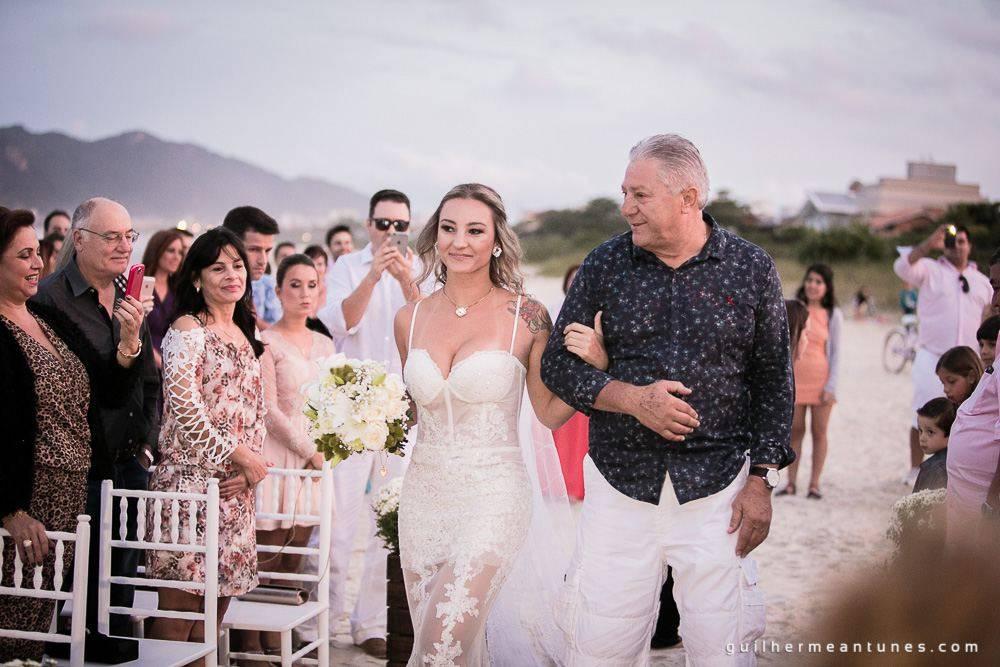 Foto de Casamento na praia de Larissa e Ronaldo pai acompanha noiva até o altar