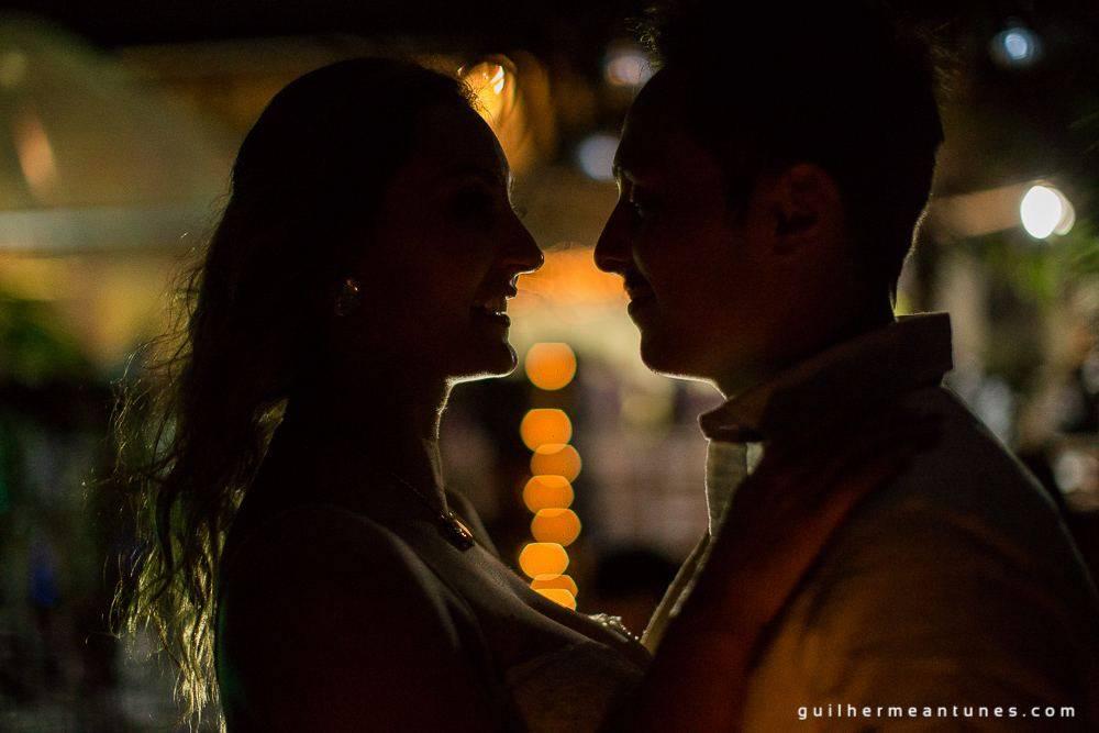 Foto de Casamento na praia de Larissa e Ronaldo troca de olhares entre os noivos a noite