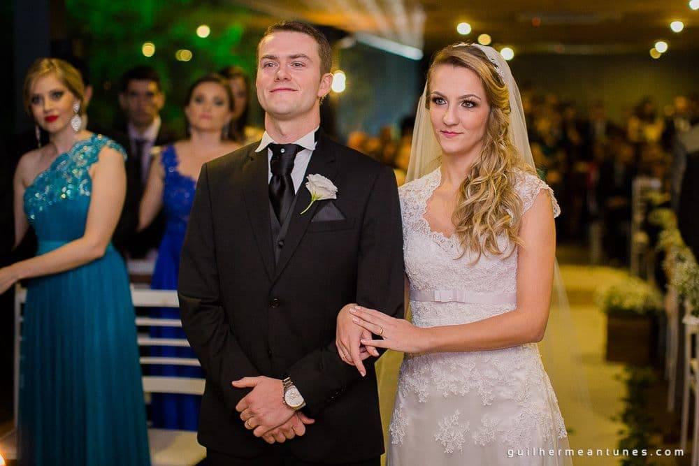 Fotografia de Casamento Luana e Alysson noivos no altar da cerimônia