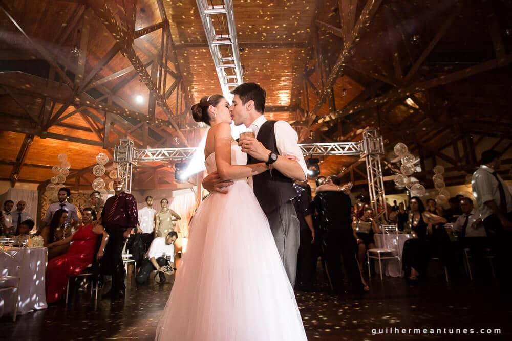 Fernanda e Charles: Fotografia de casamento em Lages (Aos beijos na pista)